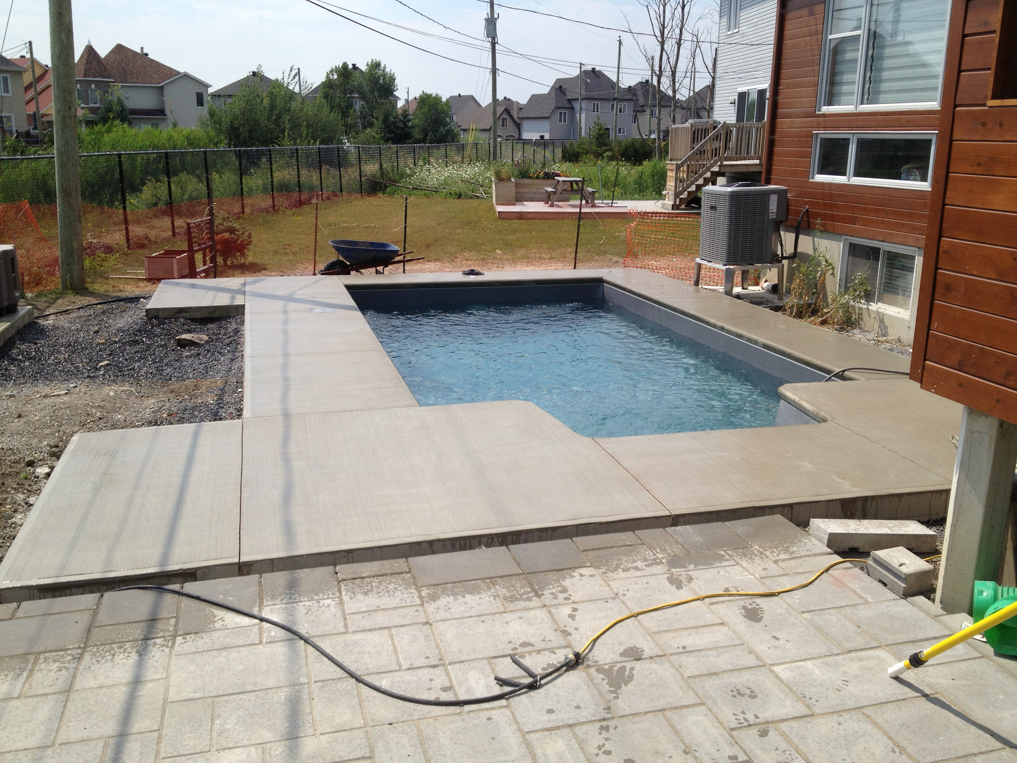 installation piscine creuse grise